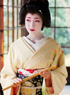 Geiko or Maiko? I think she's a geiko based on the hair, collar, and sleeves. Geisha. 芸妓. Toshikana. Kyoto. Japan. January, 2017. #maiko #geiko