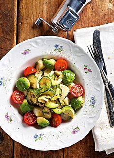 Raikas ja kevyt perunasalaatti | Tästä salaatista löytyy perunan lisäksi muunmuassa luonteikasta fenkolia ja pehmeää avokadoa. Kung Pao Chicken, Sprouts, Yummy Food, Vegetables, Ethnic Recipes, Delicious Food, Vegetable Recipes, Veggies