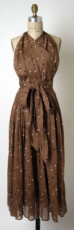 Claire McCardell an American, Used Manufacturer Townley Frocks to C. Claire McCardell an American, Used Manufacturer Townley Frocks to Create This Cotton & Silk Embroidered Halter Dress in 1940s Fashion, Look Fashion, Vintage Fashion, Womens Fashion, Fashion Clothes, Fashion 2018, Fashion Shoes, Girl Fashion, Fashion Dresses