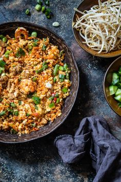 This delicious nasi goreng dish with cauliflower rice is easy to make, ups your vegetable intake and is paleo and whole proof. So perfect dish to make! Paleo Cauliflower Rice, Cauliflower Burger, Nasi Goreng, Healthy Meals For Two, Quick Meals, Healthy Food, Portobello, Paleo Beans, Chicken Filet