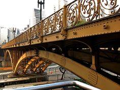 https://flic.kr/p/3aNfMh   Viaduto Santa Ifigênia   Viaduto Santa Ifigênia - Centro - São Paulo / SP O projeto do Viaduto Santa Ifigênia demorou uma década inteira pra ser concretizado. Inaugurado em 26 de setembro de 1913, na gestão de Raymundo Duprat, sua construção começou três anos antes.