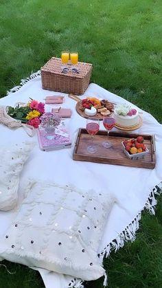 Romantic Picnic Food, Picnic Date Food, Picnic Time, Picnic Foods, Romantic Dinners, Picnic Ideas, Backyard Picnic, Beach Picnic, Summer Picnic