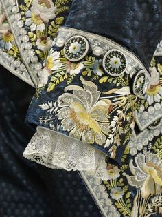 Detail of man's very ornate court ensemble. Twill silk buttons embroidered with silk thread. Embroidery Patterns, Hand Embroidery, Machine Embroidery, Historical Costume, Historical Clothing, 18th Century Costume, 18th Century Fashion, 19th Century, Textiles