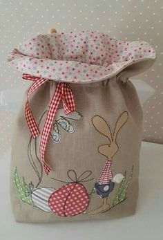 In place of an Easter 'basket'. Sewing Appliques, Applique Patterns, Sewing Patterns, Free Motion Embroidery, Free Machine Embroidery, Fabric Crafts, Sewing Crafts, Sewing Projects, Bunny Bags