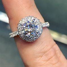 Double Edged Moissanite with Diamond Halo Setting Engagement Ring.  Förlovningsringar DiamanterDiamantringarVigselringarBröllopSilverringarAntika  ... 546aadf391dd2