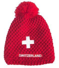 Die rote Wintermütze mit dem weissen Schweizerkreuz hilft gegen noch so harte Winter. Ob beim Skifahren, Schlitteln, Eislaufen, Langlaufen oder Schneeschuhlaufen, mit dieser Winterkappe sind Sie immer schick angezogen und bei jedem Event ganz vorne dabei. Durch das zeitlose Design ist diese Wintermütze auch in zehn Jahren noch cool. Knitting Accessories, Switzerland, Winter Hats, Beanie, Design, Voyage, Places, Long Distance, Ice Skating