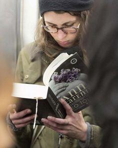 Un aplauso para la gente que lee libros de papel en el metro   ICON   EL PAÍS