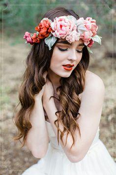 כתרים אביביים, צילום: Rachel Solomon הפוסט המלא: http://urbanbridesmag.co.il/ #spring #floral #crown #garland #headband #flowers #folk #lana_del_rey #bride #dress #wedding_blog #urbanbrides