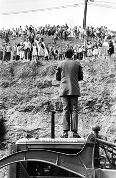 John F Kennedy campaigning in Logan County, West Virginia, stepped up on a tractor to address adults & children 1960 Appalachian People, Appalachian Mountains, Virginia Mountains, Senator Kennedy, John F Kennedy, Us History, American History, Old Pictures, Old Photos