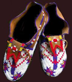 Buckskin and beaded moccasins of the Native American Native American Cherokee, Native American Clothing, Native American Crafts, Native American Artifacts, Native American Beadwork, American Indian Art, Native American Indians, Cherokee Nation, Beaded Moccasins
