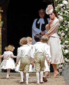 La bellissima Kate Middleton, duchessa di Cambridge, in un tenero momento con dei bambini, al matrimonio della sorella Pippa  #katemiddleton #pippamiddleton #justmarried #wedding #weddingdress #weddingphotography #velvetitalia http://gelinshop.com/ipost/1518865263641258910/?code=BUUF-j1BGue