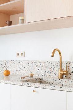 Kitchen tiles – terrazzo worktop with brass details – Haus Dekoration Living Room Kitchen, Home Decor Kitchen, Kitchen Interior, New Kitchen, Kitchen White, Pastel Kitchen, Awesome Kitchen, Kitchen Modern, Best Kitchen Cabinets