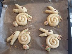 Süße Hefe-Hasen Sweet yeast bunnies, a good recipe in the category of cakes. Desserts Français, Desserts Ostern, Dessert Recipes, Easter Dinner, Easter Brunch, Easter Recipes, Sweet Bread, Creative Food, Easter Crafts