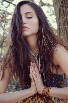 extension feather meditation liberte bracelet brown - New Hair Cut Bohemian Hairstyles, Feathered Hairstyles, Braided Hairstyles, Estilo Hipster, Hair Tinsel, Feather Extensions, Grunge Hair, Prom Hair, Dyed Hair