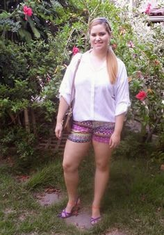 Minha musa: CAMISA BRANCA  O shorts étnico fica mais elegante com a camisa branca. As sandálias azuis dão continuidade às cores da produção.