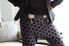 Die Pump-it-up Hose ist eine coole Hose für Damen oder auch für große Kinder in den Größen 32-44. Die Größe 32 ist in der Kindergröße eine 158/164. Die Hose hat einen tiefen Schritt, der im Bruch zugeschnitten wird und so einen tollen Fall hat. Vorne ist eine Beuteltasche vorgesehen, die du aber auch gerne weglassen kannst. Durch das schmale Bündchen oben und die Abnäher hinten, hat die Hose einen optimalen Sitz. Ich empfehle ein elastisches Bindeband mit Ösen oder Knopflöchern einzuziehen…