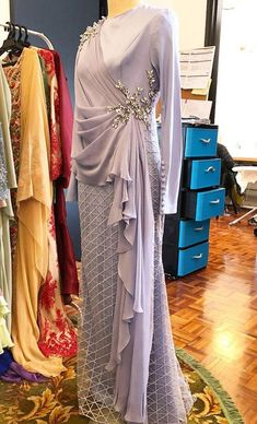 Skirt outfits indian blouses 41 Ideas for 2019 Hijab Gown, Hijab Dress Party, Abaya Fashion, Muslim Fashion, Fashion Dresses, 70s Fashion, Style Fashion, Fashion Tips, Indian Designer Outfits