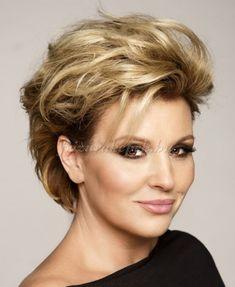rövid frizurák - Liptai Claudia tupírozott frizura