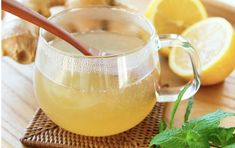 Ginger lemon tea is one of the best drinks to have during the winter. It is packed with many incredible health benefits. Is ginger and lemon tea good for Nephro Cold Remedies, Herbal Remedies, Hot Lemon Water, Ginger Tea, Fresh Ginger, Water Recipes, Natural Medicine, Detox Drinks, Diet And Nutrition
