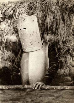 French Soldier, 1915, photographer unknow. FRENCH SOLDIER, 1915, PHOTOGRAPHER UNKNOWUn soldado francés en la I Guerra Mundial (National Archives / Collection Spaarnestad / Het Leven) Ver más en: http://www.20minutos.es/fotos/artes/la-vida-es-rara-un-archivo-de-fotos-insolitas-11531/#xtor=AD-15&xts=467263