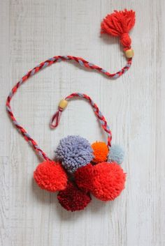 Maje Zmaje DIY: Cozy pom-pom necklace