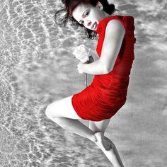 underwater fashion photography; model in a red dress;  Unterwasser Fotografie eines Models in einem roten Klein; Unterwasser Fotoshooting