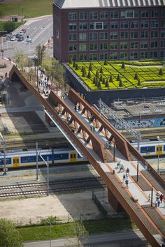 The Paleisbrug is a raised park and pedestrian and cycle bridge in one. The bridge forms a 250 metre-ling link across the railway track between the historic centre of 's-Hertogenbosch and Paleiskwartier. Paleiskwartier is a newly developed district th