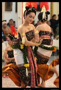 Bedhaya-tejonoto Dance