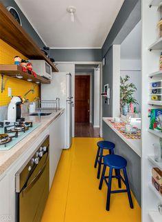 Piso tátil para deficientes visuais reveste parede de cozinha. Adorei a combinação de azul com amarelo.