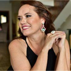 A Designer de Joias Raquel Schiavon com suas joias. Tem na KUMBAYÁ JOIAS