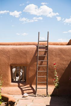 Modernist artist Georgia O'Keeffe bought her house in Abiquiu, New Mexico in The ruined Spanish Colonial-era Abiquiu compound took 4 years to restore, afte… Georgia O Keeffe, New York Buildings, New Mexico Homes, Adobe House, Tadelakt, Land Of Enchantment, Natural Building, New York Art, Southwest Style