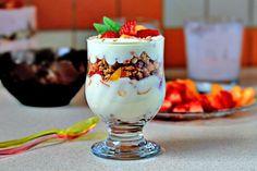 Фруктовый десерт с йогуртом и мюсли