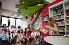 Like the tree! School Library Design, Kids Library, Kids Salon, Kindergarten Design, Kids Zone, Learning Spaces, Lectures, School Architecture, Kid Spaces