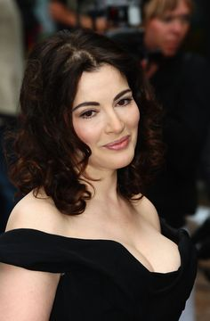 Nigella Lawson Photos - Nigella Lawson arrives at the 'Bruno' UK Film Premiere held at The Empire Leicester Square on June 2009 in London, England. - Brüno - UK Film Premiere Outside Arrivals Long Brunette, Brunette Beauty, Tv Girls, Nigella Lawson, Portraits, Sexy Older Women, Looks Style, Beautiful Celebrities, Beautiful Women