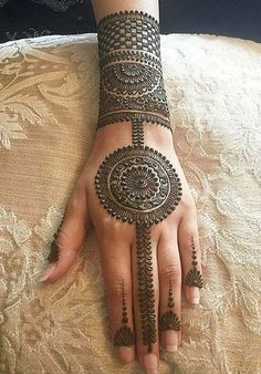 As the time evolved mehndi designs also evolved. Now, women can never think of any occasion without mehndi. Let's check some Karva Chauth mehndi designs. Latest Mehndi Designs, Easy Mehndi Designs, Indian Mehndi Designs, Mehndi Designs For Girls, Mehndi Designs For Beginners, Wedding Mehndi Designs, Mehndi Designs For Fingers, Beautiful Henna Designs, Henna Tattoo Designs