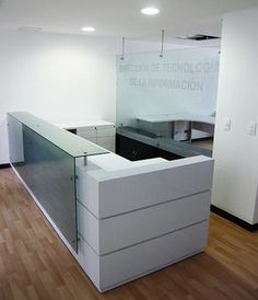 Gallery Ideo | Objeto Diseño Office Table Design, Reception Desk Design, Reception Counter, Modern Office Design, Office Reception, Office Interior Design, Office Interiors, Medical Office Design, Pharmacy Design