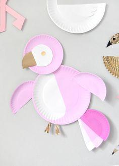 Lag fargerike fugler av papptallerkener, maling og litt lim. Du lager enkelt både papegøyer, flamingoer og svaner. Lett selv for små barn.