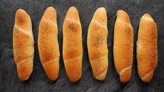V pekařské terminologii úplně obyčejné a takzvané běžné pečivo. Rohlíky a housky. V české kulinární duši je ovšem běžné pečivo zapsáno hodně hluboko. Ať už se nám to líbí, nebo ne– i ty nejobyčejnější rohlíky k české kuchyni patří. Pokud si j... Czech Recipes, Bread Baking, Hot Dog Buns, Baking Recipes, Nutella, Sweet Potato, Carrots, Picnic, Potatoes