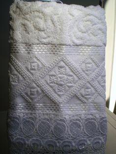 Marca: Karsten, 99% algodão e 1% viscose  Medida: 33 x 50cm  Cor: branca(MELINA)  Trabalho: Ponto reto e enfeitado com pérola, barrado em guirpir  Cores de toalhas disponível , branca e creme.
