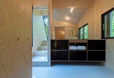 La struttura con cui Bloot Architecture ha ampliato la casa di campagna Forest House, situata nei Paesi Bassi, comprende una zona notte con scorci sul verde affiancata da una stanza da bagno con mobile-lavabo su misura e una seconda camera. I rivestimenti sono in piani di larice