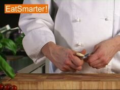 Wie man exotisches Zitronengras putzen und zum Verzehr vorbereiten kann, dass zeigt Ihnen EAT SMARTER in einem Küchentipp-Video! Jetzt ansehen!