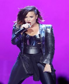 Demi Lovato Laughs About Falling On Stage: Its a Joke With My Fans | Cambio