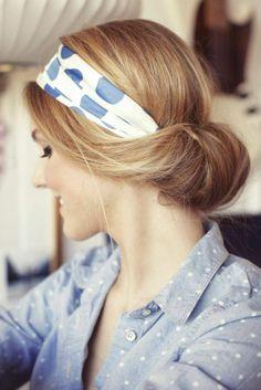 sommer frisuren retro dutt haarband blau weiss bluse