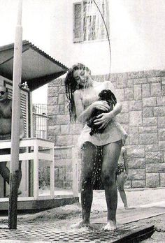 I will pin every single picture I see of Maria Callas and her dog. Maria Callas taking a shower with her dog Maria Callas, Old Photos, Vintage Photos, Aristotle Onassis, Opera Singers, Take A Shower, Classical Music, Vintage Beauty, Belle Photo
