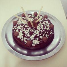 Bizcocho de chocolate con cobertura de chocolate.