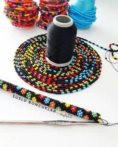 Ben yine çok cici bir siparişe başladım 🤗 kolyeler olacak güzelliklerim haydi o zaman #örelimgüzelleşelim 🌸 #hapishaneişi #beads #handmade…
