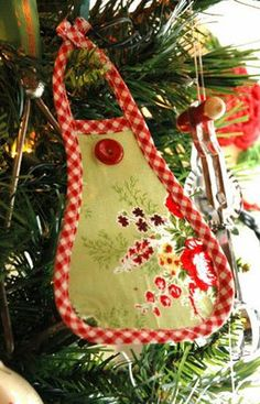 Aunt Pitty Pat's: Sweet little apron Ornament Tutorial- Author at bottom of post Christmas Bazaar Ideas, Cute Christmas Ideas, Diy Christmas Ornaments, Christmas Inspiration, Holiday Crafts, Christmas Aprons, Fabric Ornaments, Mini Craft, Ornament Tutorial