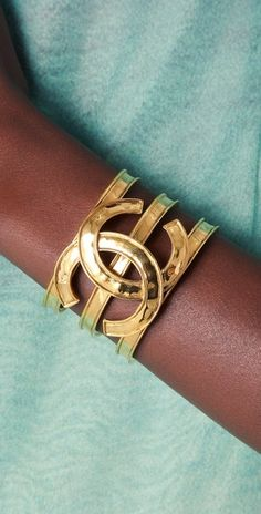 Enter the world of CHANEL and discover the latest in Fashion & Accessories, Eyewear, Fragrance, Skincare & Makeup, Fine Jewellery & Watches. Chanel Jewelry, Jewelry Box, Jewelry Watches, Jewelry Accessories, Fashion Accessories, Fashion Jewelry, Chanel Bracelet, Jewelry Rings, Opal Jewelry
