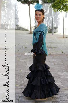Negro y complementos en azul