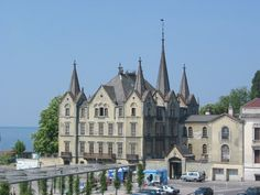 Aile Castle is a castle in the municipality of Vevey of the Canton of Vaud in Switzerland. Vevey, Lake Geneva, Beautiful Castles, Lausanne, Countries Of The World, European Travel, Heritage Site, Night Life, Switzerland